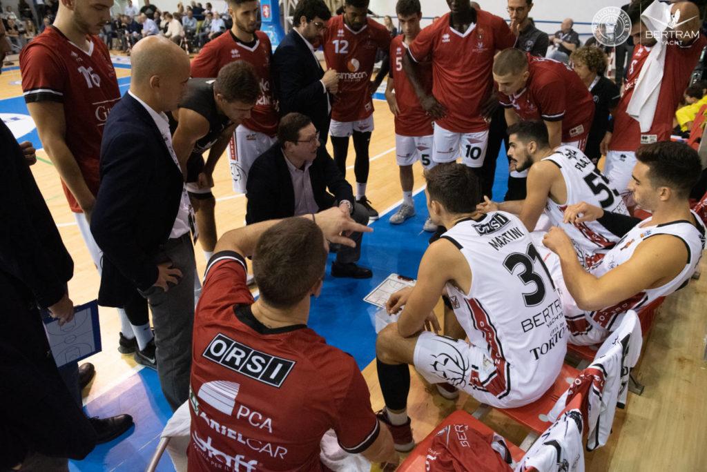 Coach Ramondino a colloquio con i suoi giocatori durante la partita contro Torino, Serie A2 2019/20