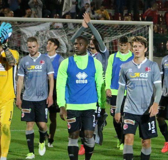Giocatori dell'Alessandria salutano i tifosi