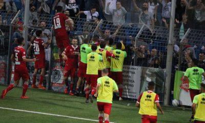 I giocatori dell'Alessandria calcio festeggiano la vittoria esterna contro il Lecco con i propri tifosi