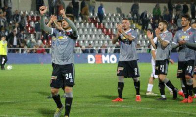 I calciatori dell'Alessandria salutano i propri tifosi dopo la sconfitta contro il Pontedera
