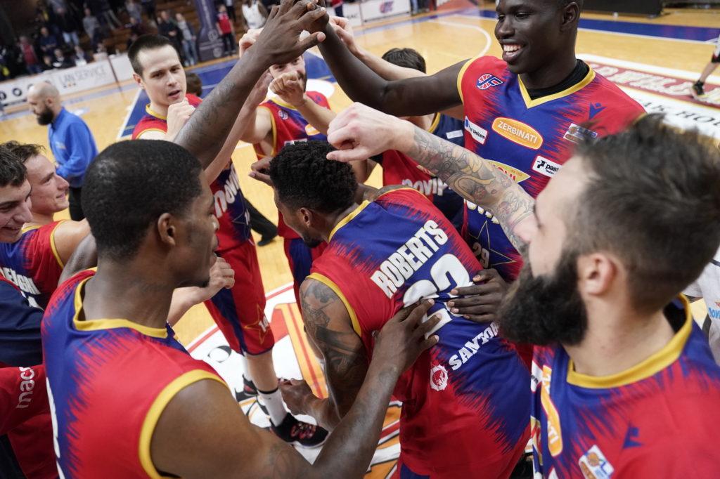 I giocatori della Junior Casale festeggiano dopo la vittoria sull'Eurobasket Roma, Serie A2 2019/20