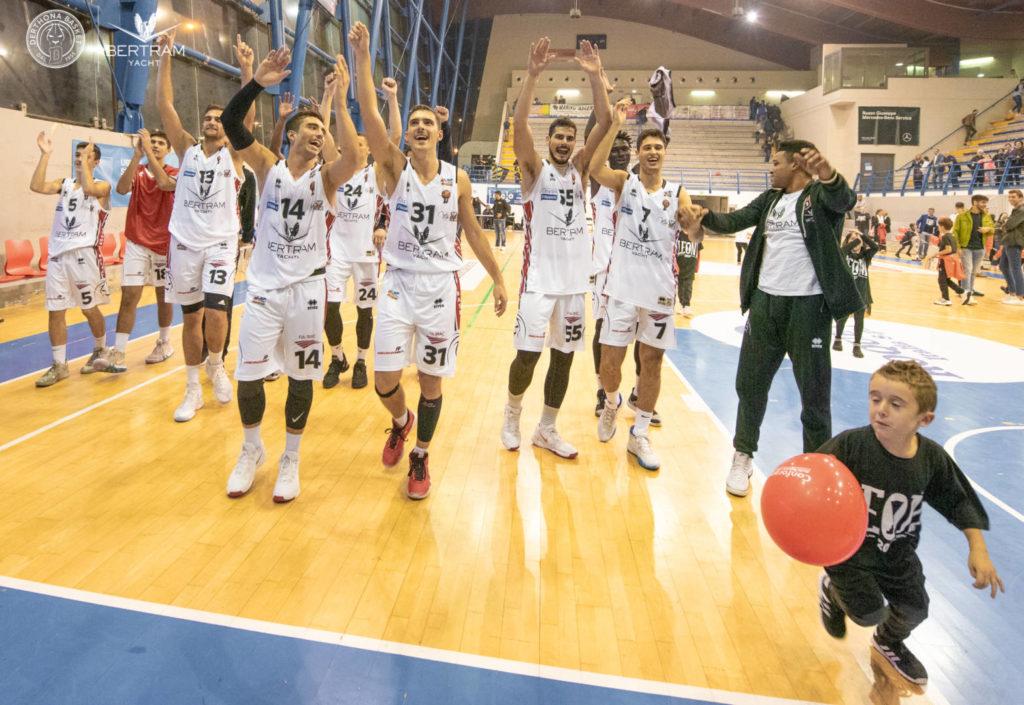 I giocatori del Derthona Basket festeggiano la vittoria nella prima di campionato di Serie A2 2019/20