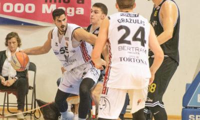 Pullazi, giocatore del Derthona Basket, in azione contro Bergamo nella prima di campionato di Serie A2 2019/20