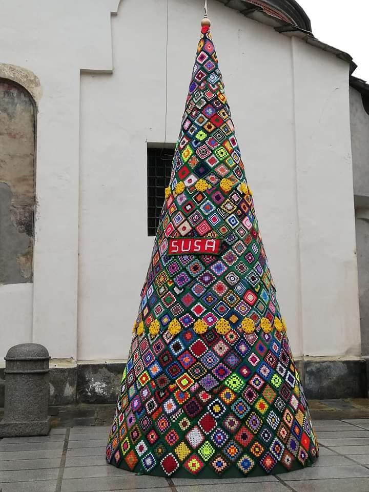 Albero Di Natale Uncinetto.Piemonte 37 Alberi Di Natale All Uncinetto Telecity News 24