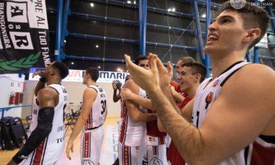 I giocatori del Derthona Basket festeggiano la vittoria contro il Latina
