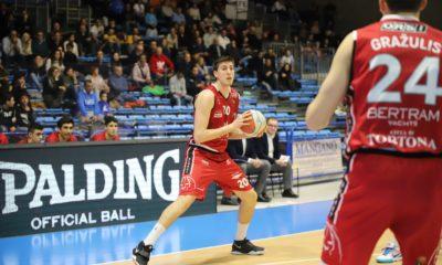 Severini e Grazulis, giocatori del Derthona Basket, in azione nella sfida contro l'Orlandina