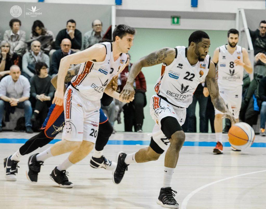 Sanders e Severini, Derthona Basket, in azione nel derby contro la Junior Casale
