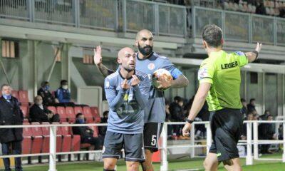 Parodi e Cosenza discutono con l'arbitro durante il match contro il Novara