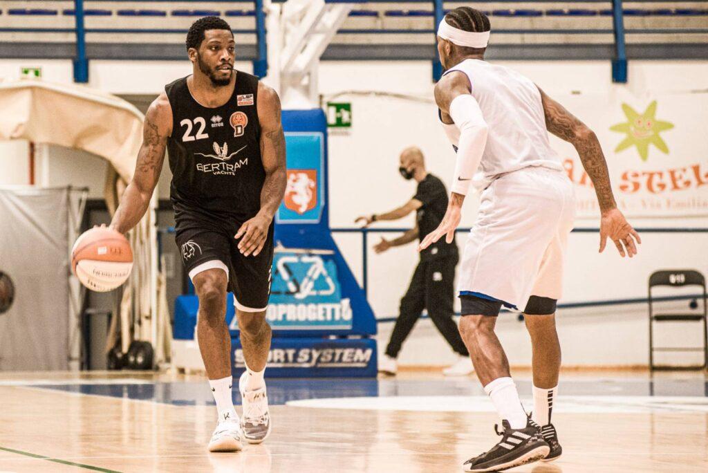 Jamarr Sanders, cesista del Derthona Basket, in azione durante lo scrimmage contro l'Orzinuovi dello scorso 4 ottobre 2020