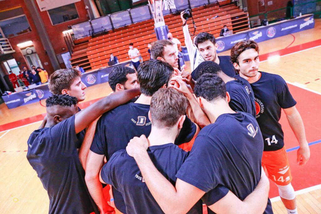 I giocatori del Derthona Basket si raccolgono prima della sfida di Supercoppa A2 contro la JB Monferrato