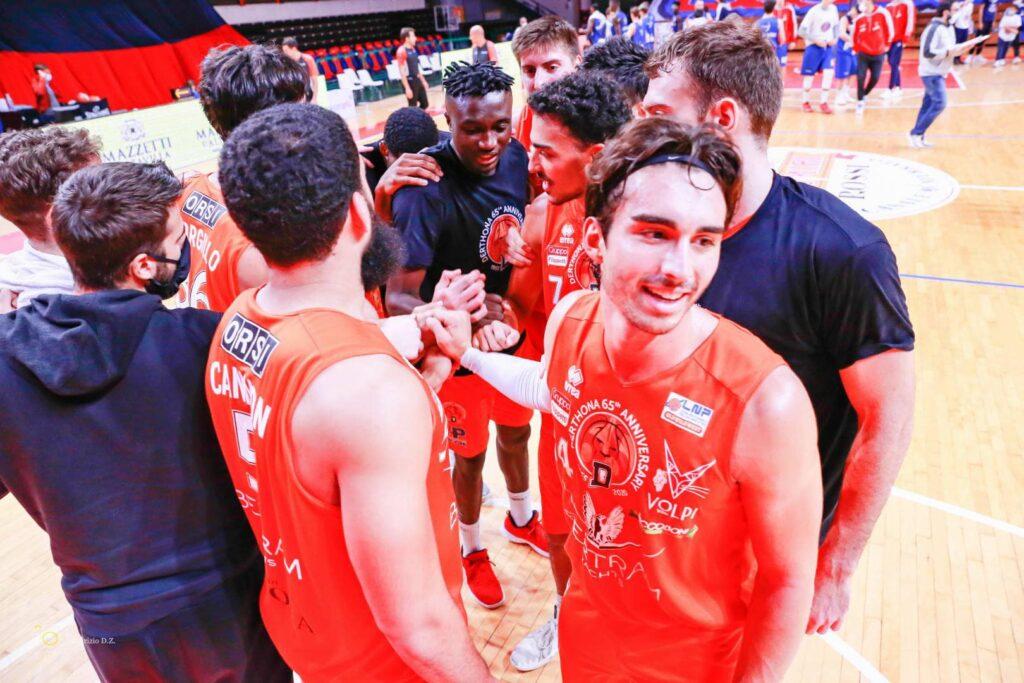 I giocatori del Derthona Basket raccolti per l'urlo e per caricarsi prima di una partita