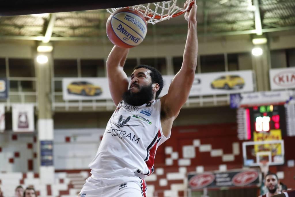 Cannon, giocatore del Derthona Basket, realizza una schiacciata durante la partita contro il Trapani nella prima giornata di Serie A2 2020/21
