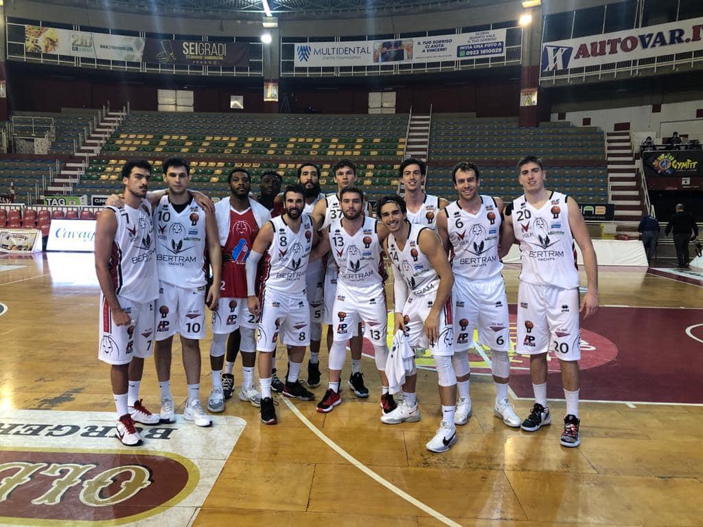 I giocatori del Derthona Basket festeggiano la vittoria contro la Pallacanestro Trapani, nella prima giornata di Serie A2 2020/21