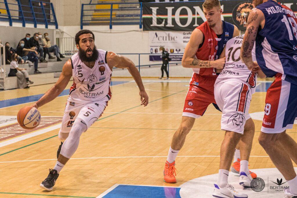 Jalen Cannon, giocatore del Derthona Basket, in azione contro Biella nella terza giornata di Serie A2 2020/21