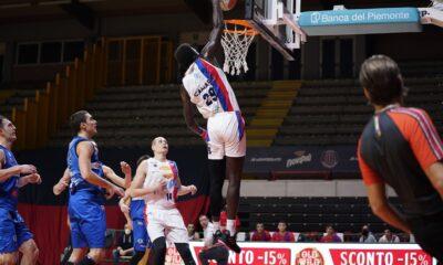 Camara, centro della JB Monferrato, realizza una schiacciata nella sconfitta contro la Pallacanestro Orzinuovi del 20 dicembre
