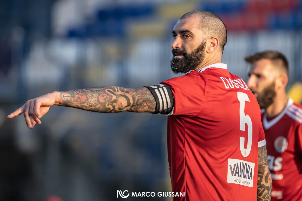 Ciccio Cosenza, durante la partita Pro Sesto-Alessandria, guida i suoi compagni di squadra