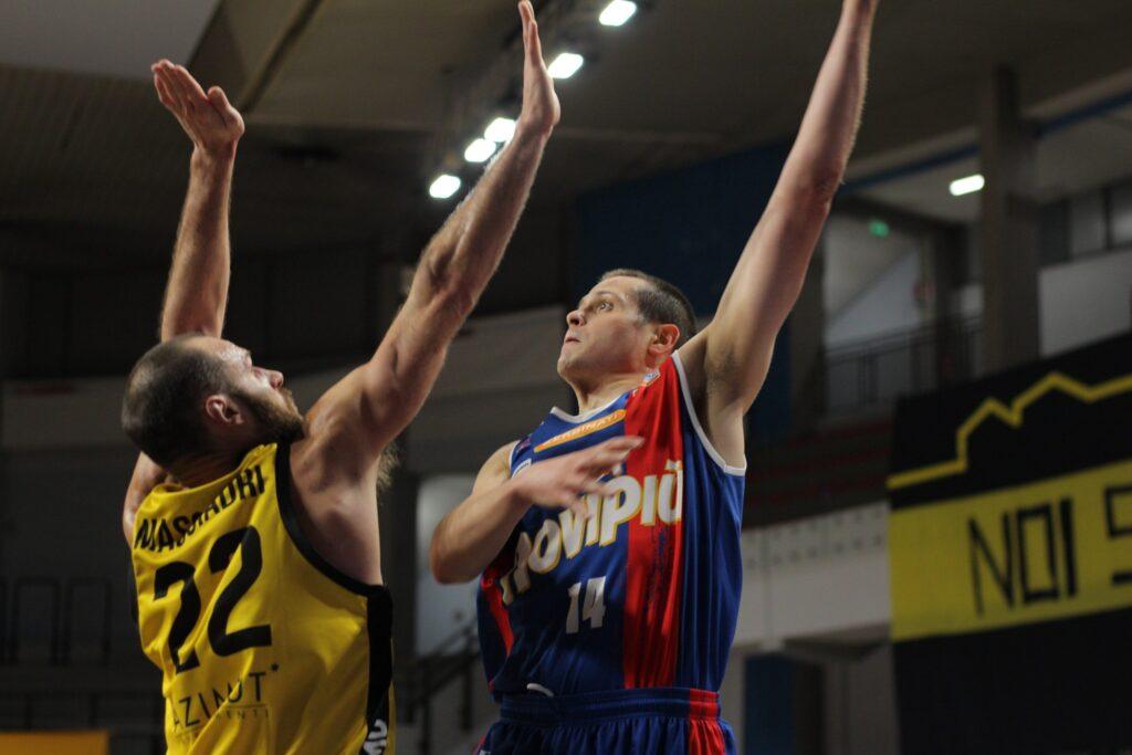 Martinoni, della JB Monferrato, in azione contro la Bergamo Basket, nella partita del 14/2/2021