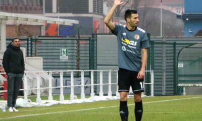 Davide Di Quinzio, centrocampista dell'Alessandria Calcio, intento a battere un calcio di punizione
