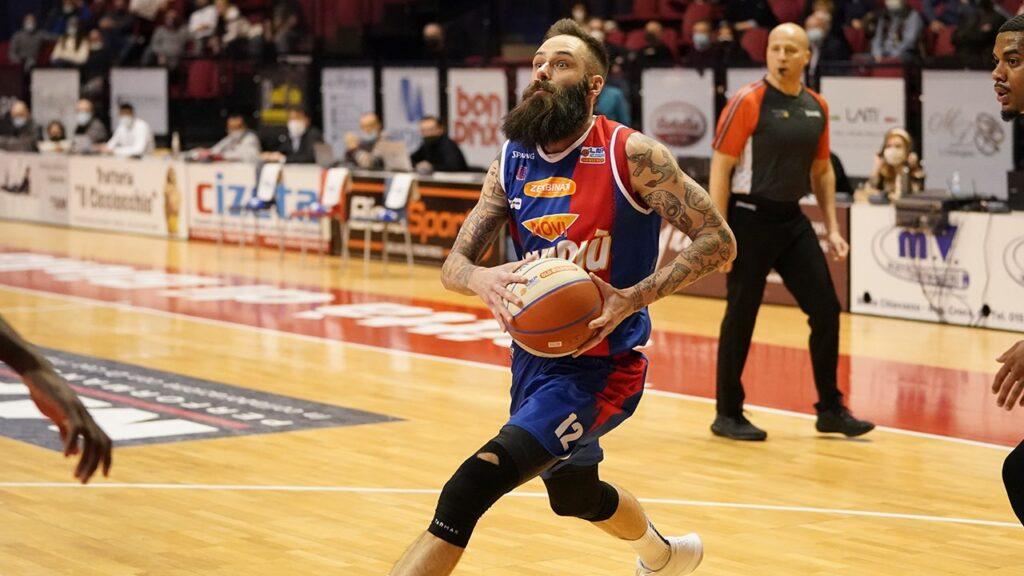 Tomasini, giocatore della squadra di basket JB Monferrato, in azione durante la partita contro Biella del 7 marzo 2021