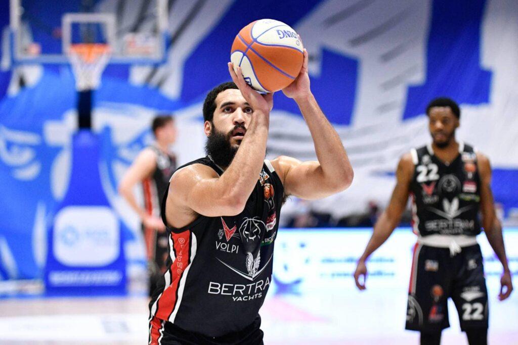 Jalen Cannon, giocatore del Derthona Basket, durante un tiro libero, mentre veste la maglia nera da trasferta