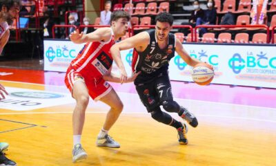 Ambrosin, giocatore del Derthona Basket, in azione durante la partita in trasferta contro Forlì del 28 aprile 2021