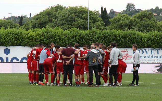 I giocatori dell'Alessandria Calcio riuniti in cerchio al termine del match contro la Feralpisalò, valido per i quarti di finale dei playoff di Serie C 2020/21