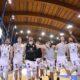 I giocatori del Derthona Basket festeggiano la vittoria di Gara 4 delle finali playoff contro Torino sotto la propria curva