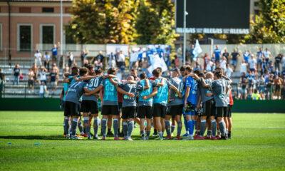 I giocatori dell'Alessandria Calcio raccolti in un abbraccio di gruppo al termine della sfida contro il Brescia, valida per la 4a giornata di Serie B 2021/22